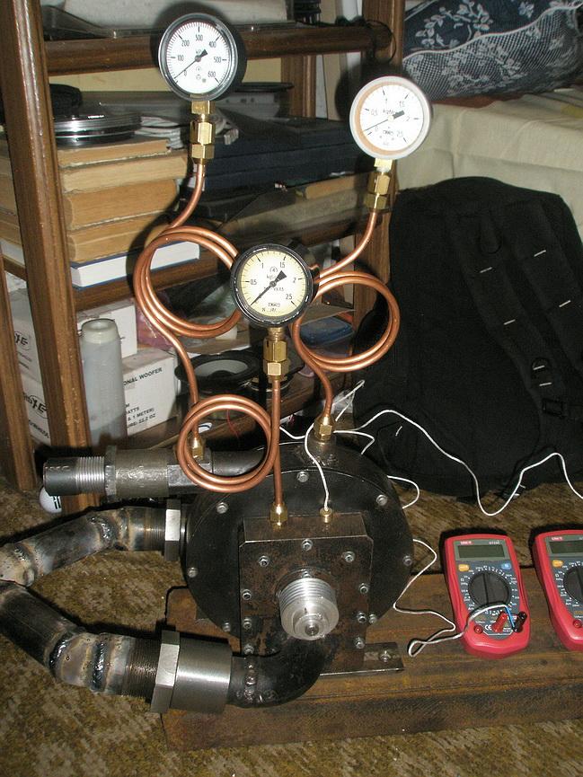 Испытательный стенд паровой дисковой турбины Тесла с манометрами и генератором.
